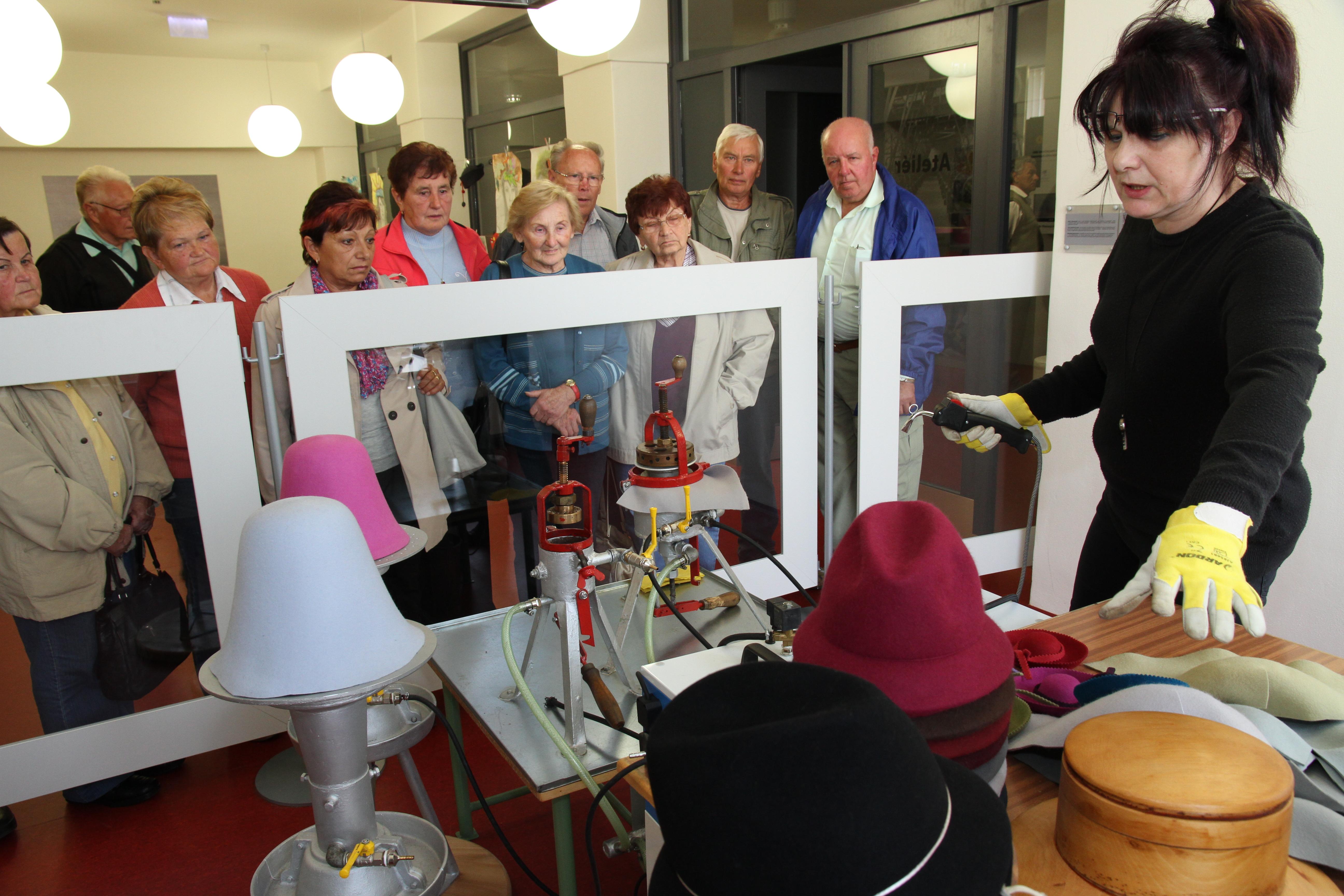 ... věnovanou technologickému procesu výroby klobouků můžete zhlédnout v Návštěvnickém  centru Nový Jičín – město klobouků. Zkoušírna v expozici ... a6c2466a29